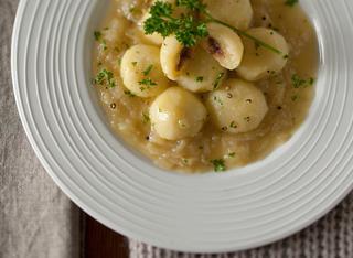 Gnocchi di patate con le acciughe in salsa di cipolle