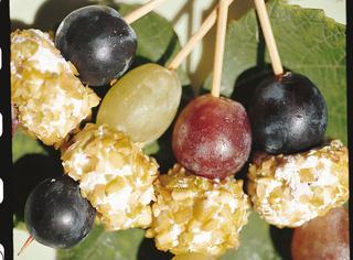 Spiedini di uva e palline di formaggio