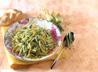 Ricetta Trofie con zucchine e fiori al pesto