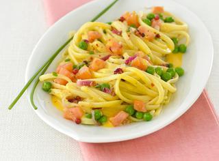 Ricetta Linguine alla carbonara con salmone e piselli