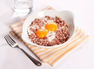 Ricetta Uova al forno con salsiccia