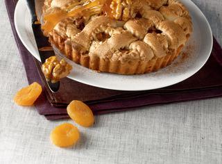 Crostata di noci e albicocche al caramello