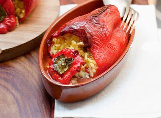 Peperoni ripieni con riso alla paella