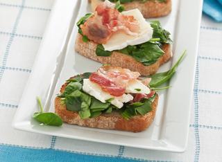 Bruschette con brie e spinacini crudi