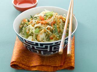 Ricetta Thai noodles al pesto di noccioline con gamberi