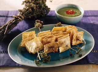 Ravioli fritti con salsa verde