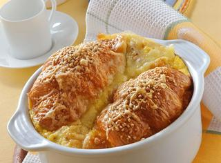 Soufflé di croissant salati ripieni di formaggi e pancetta