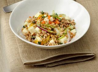 Ricetta Insalata tiepida di farro con pecorino e verdure