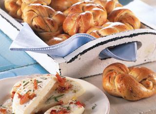 Treccine di pane al latte con le olive e pancetta