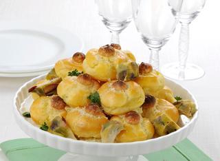 Profiteroles salati con carciofi e noci macadamia