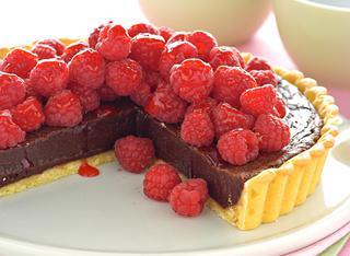 Crostata dolce con cioccolato e lamponi