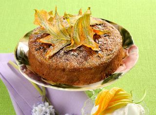Torta dolce di zucchine e fiori di zucca