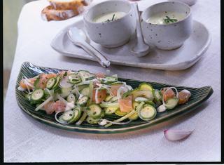 Insalata di salmone con salsa al basilico