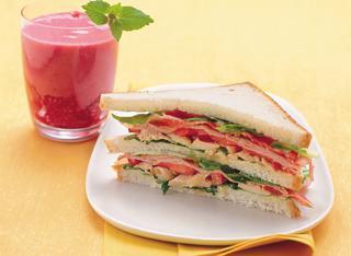 Club sandwich con pollo