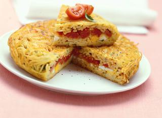 Ricetta Frittata di spaghetti farcita con uova e mozzarella