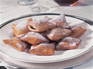 Cauciuni o ravioli dolci con ripieno di ceci