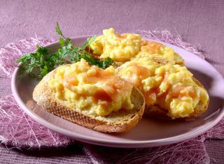 Crostini con uova e salmone