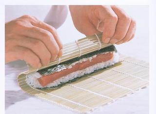 Rotolini di sushi nei fogli di alga