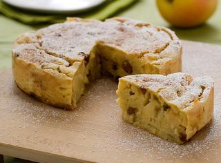 Torta morbida di polenta, mele e uvetta