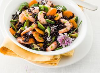 Insalata di riso con gamberetti, zucchine e carote