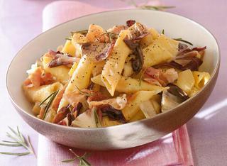 Ricetta Garganelli con radicchio di Treviso e crudo
