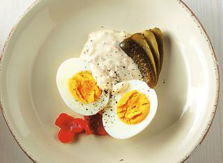 Uova sode con maionese e sottaceti