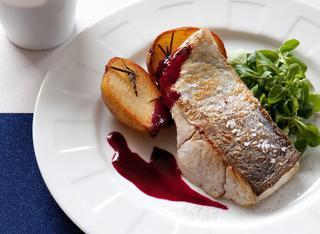 Pesce grigliato con salsa di mirtilli