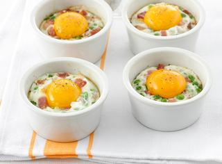 Cocotte di uova, piselli e pancetta