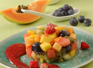 Tartare di frutta con salsa di fragole