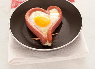 Cuori di wurstel con uovo fritto