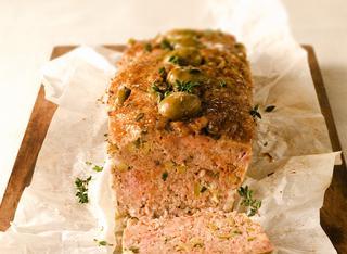 Polpettone aromatico con patè di olive verdi