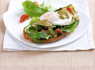 Uovo in camicia con insalata