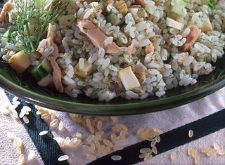 Insalata di riso con cetrioli, tonno e finocchietto