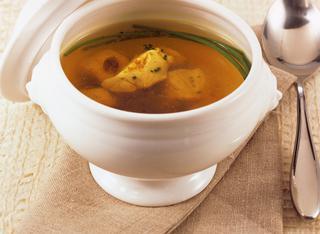 Brodo di gallina con bocconcini di pollo e curry
