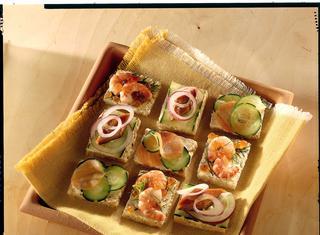 Tartine con gamberetti e salmone