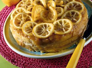 Torta con fettine di limone caramellate