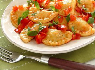Ravioli di pasta di patate farciti ai funghi porcini