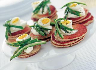 Antipasti uova di quaglia: blinis