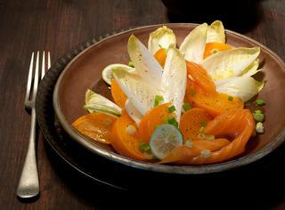 Insalata con indivia e salmone affumicato