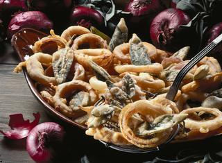 Ricetta Anelli di cipolla e salvia fritti