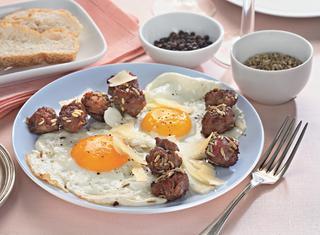 Uova e salsiccia in padella