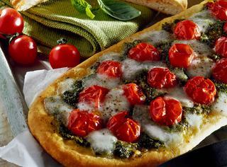 Pizza con pesto di rucola e pomodorini