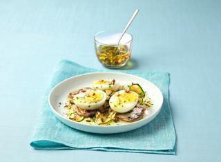 Uova sode su verdure grigliate