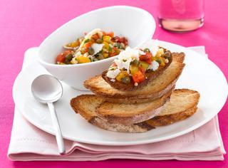 Bruschette con salsa di peperoni e ricotta