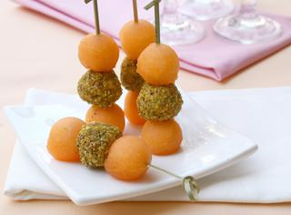 Spiedini di caprino al pistacchio e melone