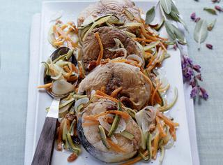 Palamita marinata con julienne di verdure