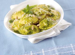 Ricetta Ravioli di pesce in salsa ai pinoli
