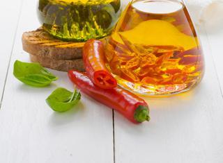 Olio al basilico e olio al peperoncino
