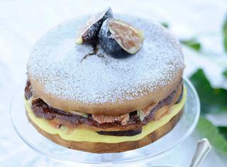 Pan di Spagna farcito con crema pasticcera e frutta