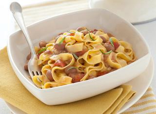 Pasta con sugo saporito di fagioli e pancetta